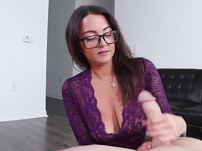 Nerdy pulchritudinous with big titties uses hands to make the scrounger cum