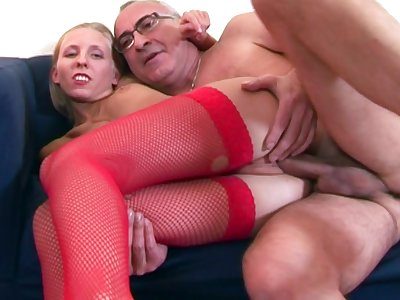 Starved comme �a Roseate Ann in fishnet stockings rides an venerable load of shit