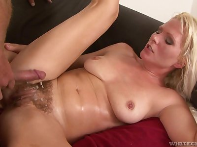 Hot MILF is a wet mess after some good pussy pounding